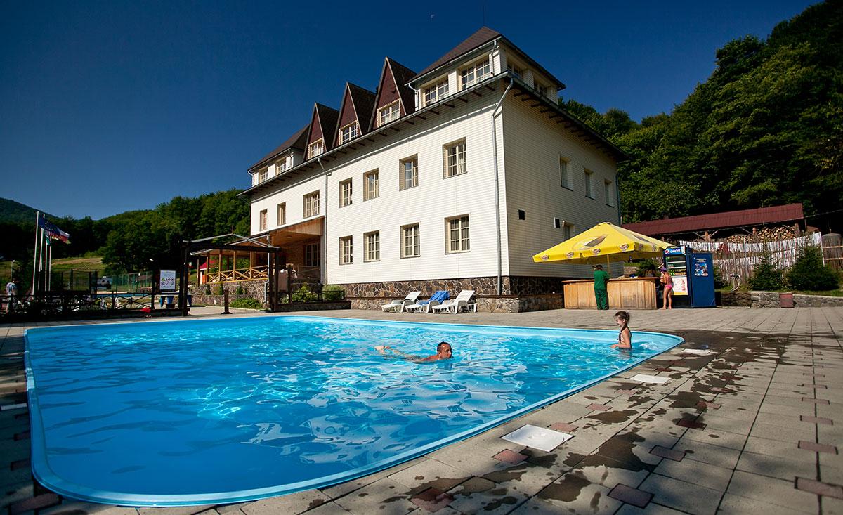 Открытый бассейн курорта Воеводино